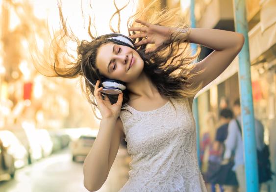 Kopfhörer, portable Lautsprecher und MP3 Player